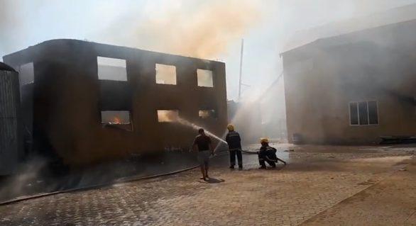 (VIDEO) O fabrică de mobilă din Comrat, cuprinsă de flăcări. Nouă autospeciale și 70 de pompieri implicați în stingerea incendiului