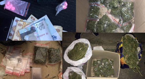 (VIDEO) Cinci tineri cu vârste între 23 și 30 de ani, reținuți cu 5 kg de marijuana, pastile de extazy și peste 50 de mii de lei