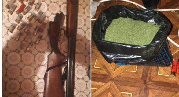 Droguri și arme deținute ilegal, depistate de polițiștii din Sîngerei. Trei bărbați, cercetați penal