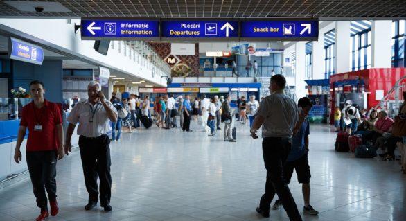 O angajată a postului vamal al Aeroportului Internațional Chișinău, reținută de CNA și procurorii anticorupție