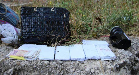 Un minor de 17 ani, cercetat pentru deposedarea unei bătrâne de geanta în care se aflau bani și bunuri în valoare de 75.000 lei