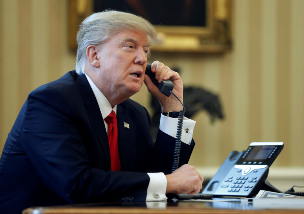 New York Times: China și Rusia interceptează apelurile lui Trump pe telefonul mobil, la care nu vrea să renunțe