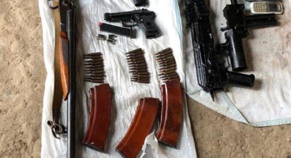 """""""Arsenal"""" de arme și muniții, depistat la domiciliul unui locuitor din Cahul, membru al unei organizații criminale"""