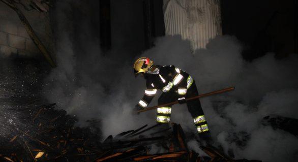 (VIDEO) Depozit cu materiale lemnoase de 2.460 m2, salvat de la flăcări în această dimineață. Trei autospeciale au intervenit la fața locului