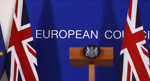 """(ANALIZĂ) Acordul de Brexit negociat de guvernul May ar """"sărăci"""" Marea Britanie cu 100 de miliarde de lire pe an"""