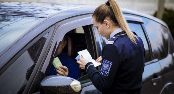 Doi moldoveni au rămas fără permise de conducere, după ce le-au prezentat la ieșirea din țară