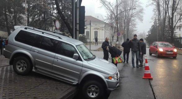 (FOTO) O mașină cât pe ce să fie înghițită într-o groapă în asfalt, chiar în spatele Parlamentului