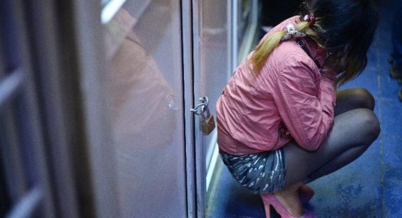 Un turc și două moldovence riscă ani de închisoare pentru racolarea a trei tinere pe care le-au obligat să se prostitueze