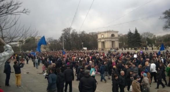 (FOTO și VIDEO) Câteva mii de oameni au manifestat duminică în centrul capitalei