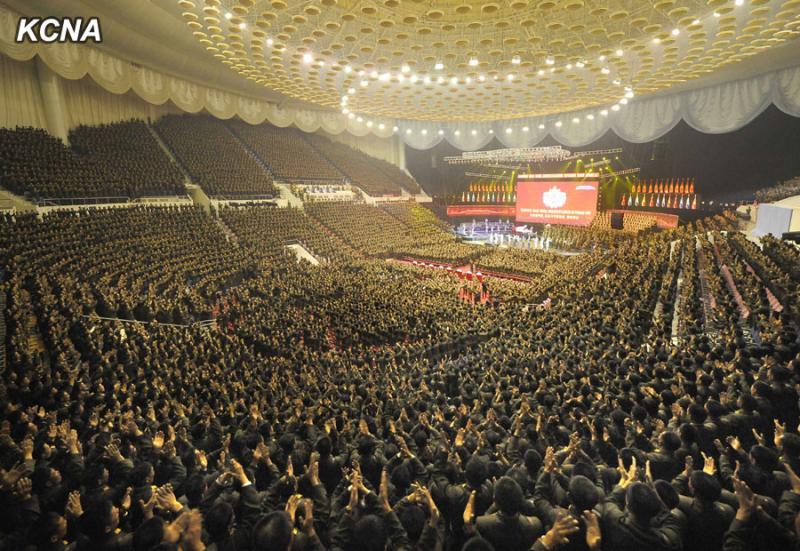 """""""Câini demenți"""". Reacția nord-coreenilor la gestul incendierii portretului lui Kim Jong-un la Seul"""